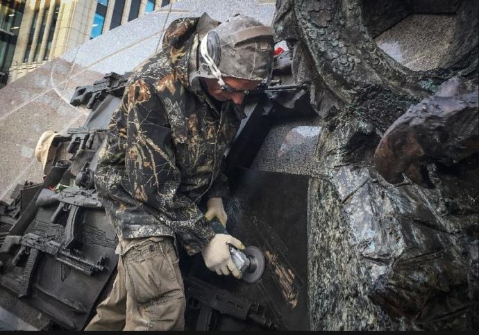 В России удалили «фашистскую» винтовку «шмайссер» с памятника Калашникову: новые подробности