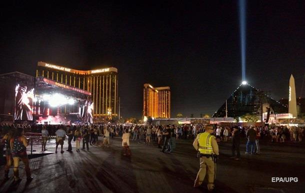 Стрелок Паддок вел огонь по 22-тысячной толпе несколько минут: число убитых зрителей на концерте в Лас-Вегасе выросло до 59 человек