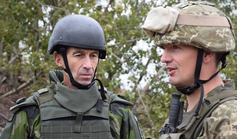 Глава Генштаба Швеции Бюдэн отправился в зону АТО на Донбасс увидеть своими глазами последствия российской агрессии. Кадры