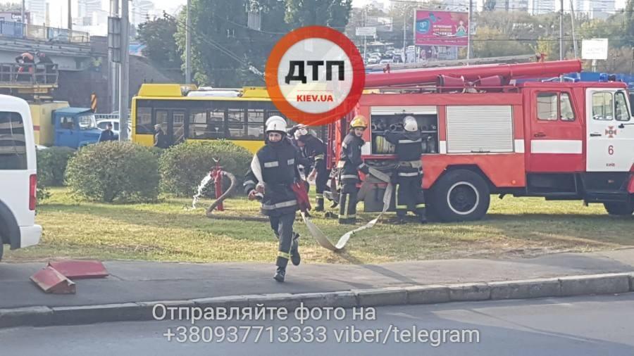 Мощный пожар перекрыл подступы к Министерству транспорта в Киеве: стало известно, что именно горело. Опубликованы кадры