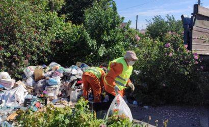 """В Запорожье из усадьбы """"мусорной королевы"""" самосвалом эвакуируют отходы"""