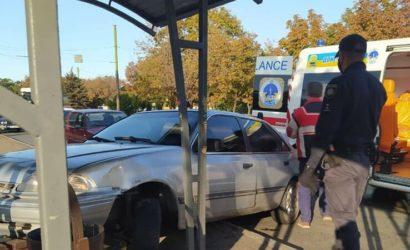 В Мариуполе автомобиль въехал в остановку с людьми, есть пострадавшие (Фото)