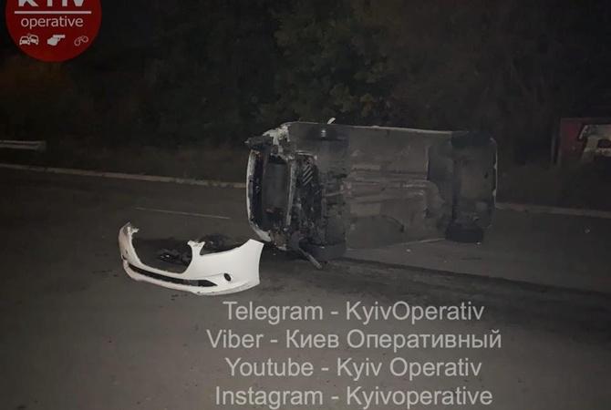 В Киеве перевернулось такси с пассажиркой