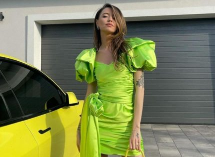 Надя Дорофеева задрала подол и засветила белье