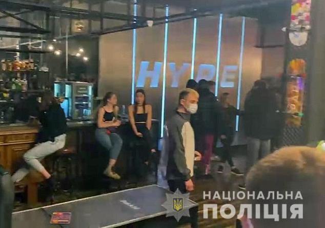 В Киеве полиция наказала клубы и рестораны, которые работают в карантин