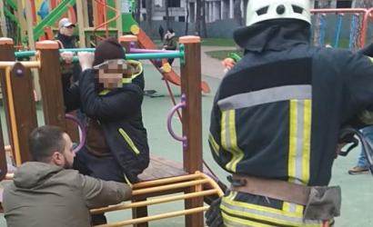 В Ирпене спасали мальчика, нога которого застряла на горке