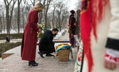 Владимир и Елена Зеленские оставили цветы у памятника Тараса Шевченко