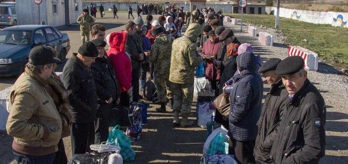 Люди рассказали, как часто пересекают линию разграничения на Донбассе (Инфографика)