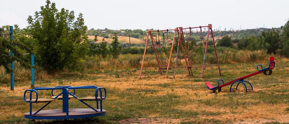 Достаток соседствуют с разрухой: Как выглядит прифронтовой поселок Сартана (Фото)