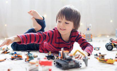 Полезные игрушки длядетей: кубики развивают логику, а пирамидка учит первому счету