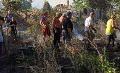 Израсходовали все огнетушители: Жители прифронтовых поселков Донетчины борются с пожарами (Фото)