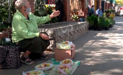 Пенсии не хватает: Как подрабатывают пенсионеры в Мариуполе (Видео)