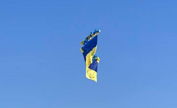 В сторону Донецка запустили флаг Украины