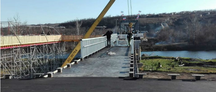 На мосту вблизи КПВВ «Станица Луганская» установили перила (Фото)