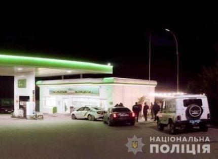 На Прикарпатье мужчина ранил двух человек на заправке
