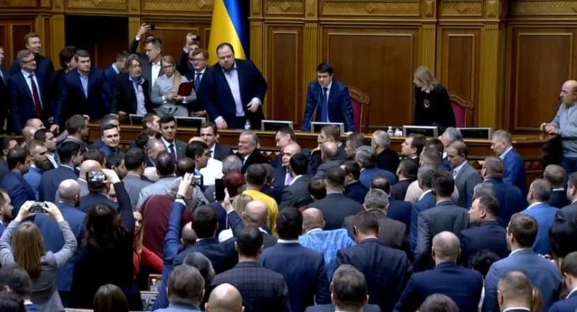 Депутаты «ОПЗЖ» заблокировали трибуну в Раде