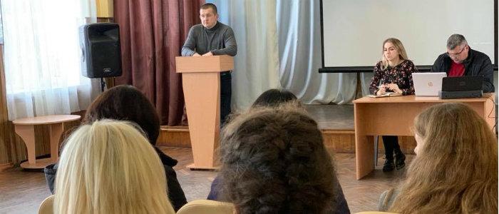 До границы с РФ – 15 км: Жители Троицкого пожаловались на проблемы представителю омбудсмена
