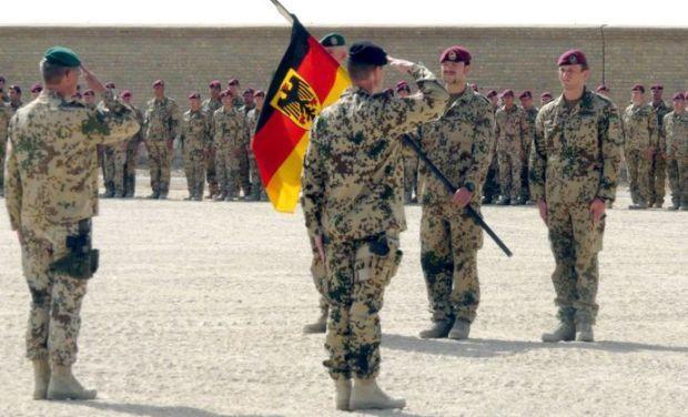 Немецкого солдата уволили за отказ пожать руку женщине