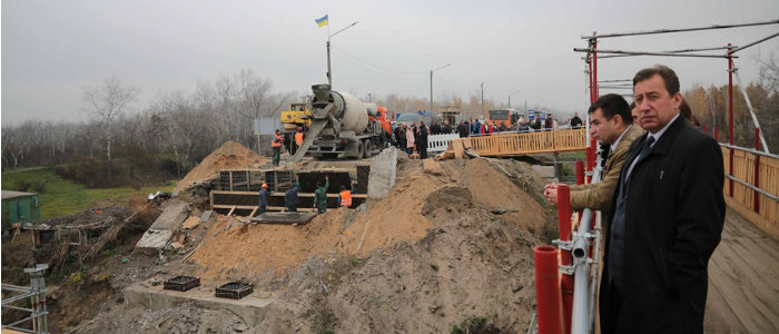 По графику: Комарницкий рассказал о восстановлении моста у Станицы Луганской