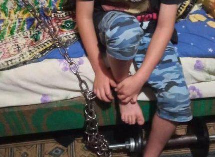 Суд Днепропетровщины арестовал отчима, который приковал ребенка цепью к батарее