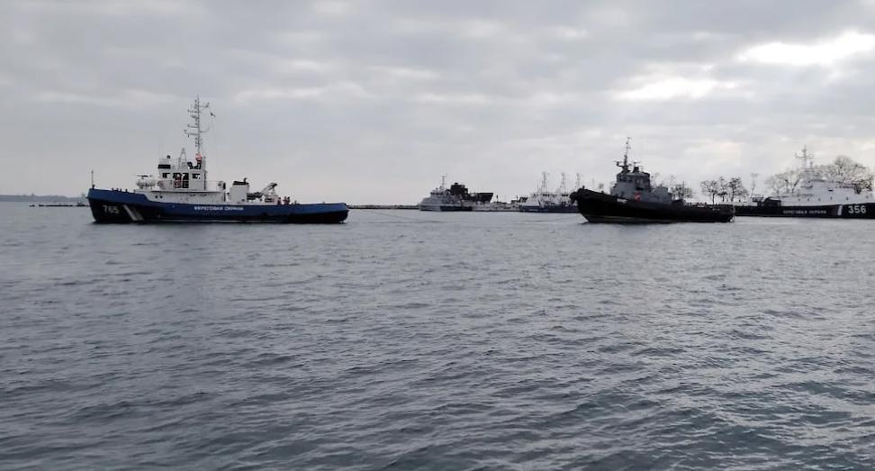 Украинские военные корабли покидают порт Керчи