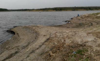 Видны осколки снарядов: В Павлополе обмелело водохранилище (Фото)