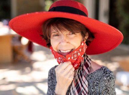 Бабушка Ким Кардашьян отметила день рождения в стильной маске и шляпе с полями