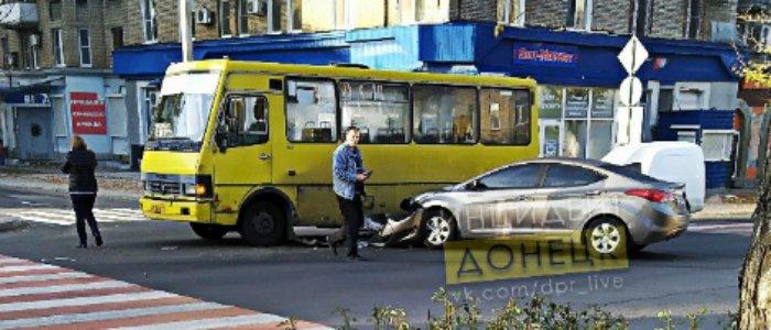 В Донецке легковой автомобиль врезался в автобус (Фото)