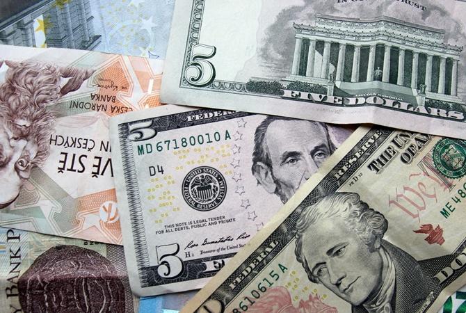 Доллар в пятницу продолжил дорожать