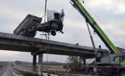 На Донетчине спасатели показали, как снимали с моста свесившуюся фуру (Фото, видео)