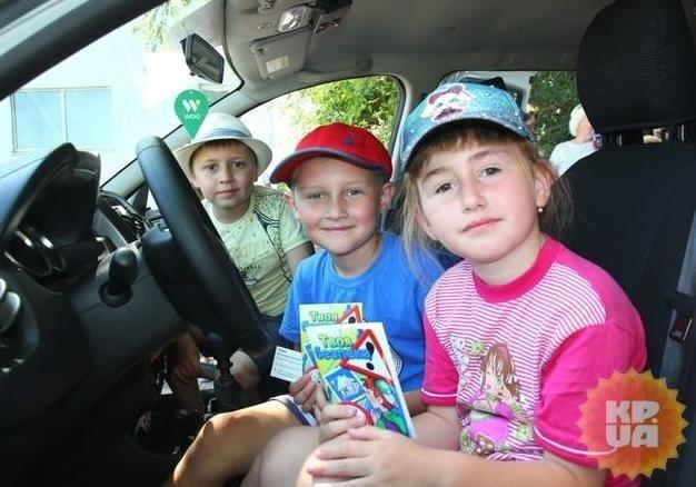Зеленский подписал закон о штрафах за перевозку детей без автокресел