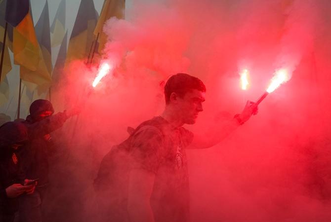 Участники Марша «Нет капитуляции» зажгли файеры