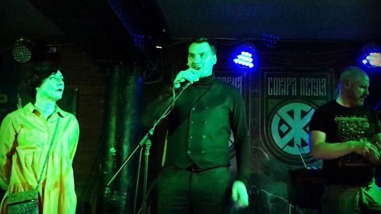 Премьер Гончарук попривествовал поклонников ультраправой группы «Сокира Перуна»