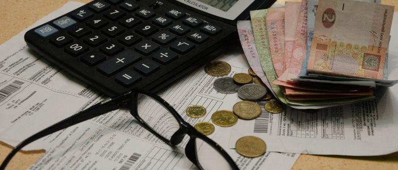 Арест имущества и запрет выезда за границу: Как наказывают должников за коммуналку