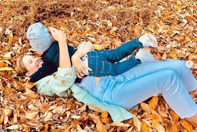Катя Осадчая устроила с младшим сыном «неваляшки» в осенней листве