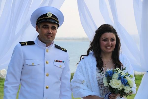 Освобожденный моряк сыграл свадьбу без Зеленского