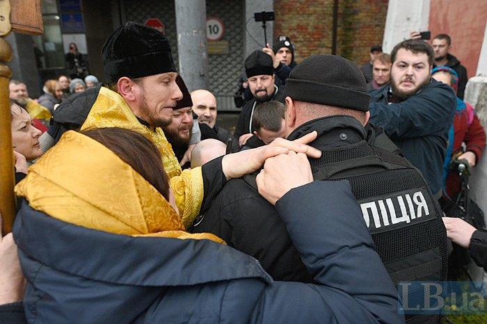 При штурме суда сторонник УПЦ КП сломал посохом руку нацгвардейцу – СМИ