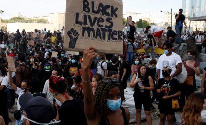 Францию накрыла волна протестов из-за смерти темнокожего в полицейском участке Парижа