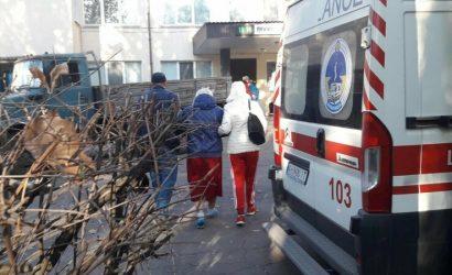 В больнице для COVID-19: В Мариуполе «скорые» выстроились в очередь (Фото)