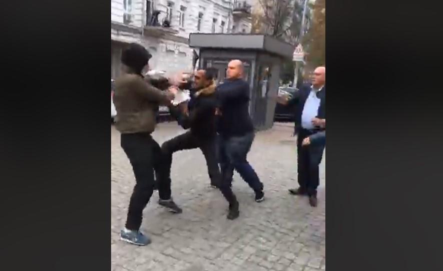 В Киеве напали на митингующих в поддержку курдов
