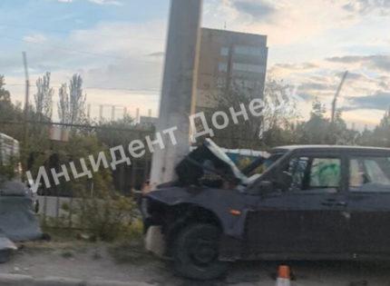 Множественные переломы у пострадавших: В Донецке машина врезалась в столб (Фото)