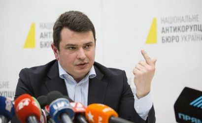 Премьер Шмыгаль получил в 4 раза меньше зарплату за июнь, чем Сытник в НАБУ