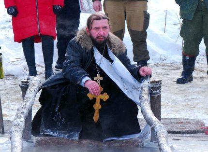 В камуфляже и с флагами: Как прошло Крещение в «ЛНР» (Фото)