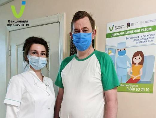 В Украине первым вакцину Pfizer получил подопечный Бородянского психоневрологического интерната