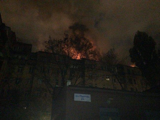 В центре Киева загорелась крыша дома, жильцов эвакуируют