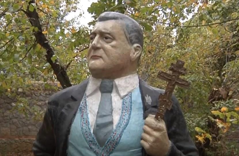В Запорожье в руку памятнику Порошенко вставили крест