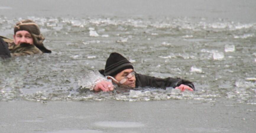 За 30 метров от берега: В Донецке под лед провалились рыбаки