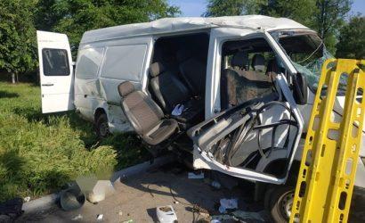 На Днепропетровщине ВАЗ въехал в микроавтобус с пассажирами. Два человека погибли, еще восемь — ранены