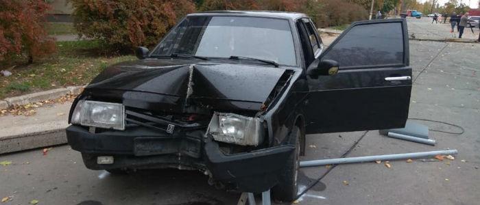 На Луганщине пьяный водитель снес столб и сбежал с места ДТП (Фото)