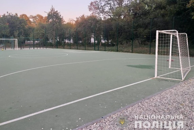 На школьном стадионе в Харькове на 6-летнего мальчика рухнули футбольные ворота